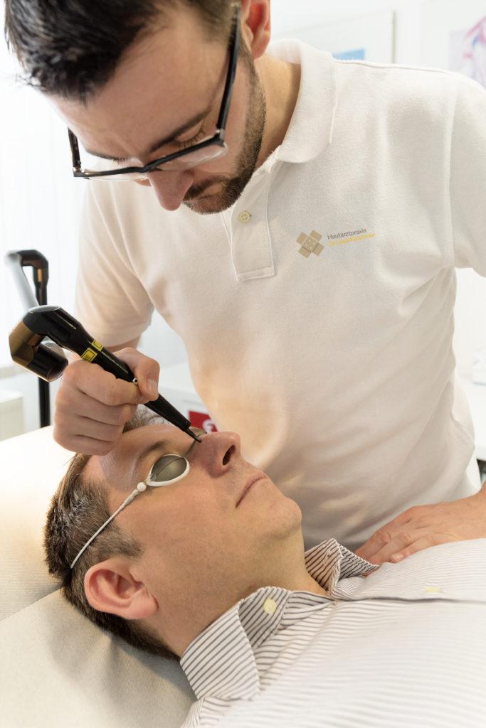 Hautarzt Dr. Kirschner bei einer Laserbehandlung