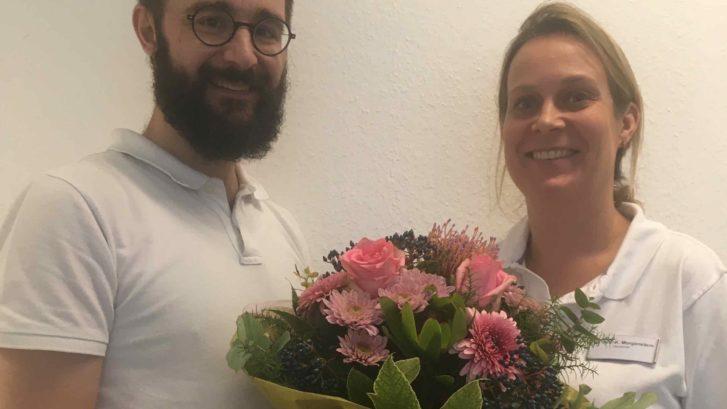 Die neue Fachärztin im Hautarztteam, Frau Dr. Kathrin Morgenstern, wird von Dr. Kirchner mit einem Blumenstrauß begrüßt