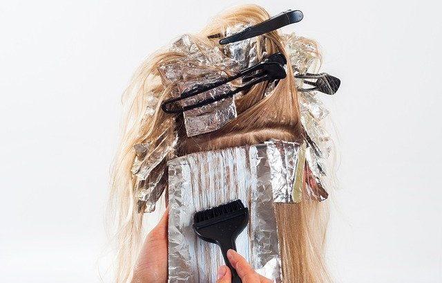 Leicht erhöhtes Risiko für Basalzellkarzinome durch Haare färben.